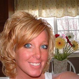 Blonde vrouw met blauwe ogen zoekt vrienden.